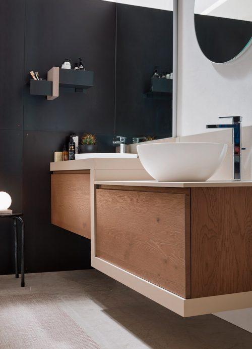 bagno con mobili sospesi